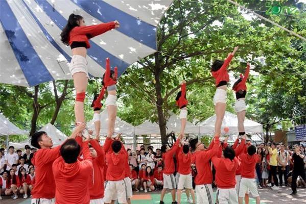 Các bạn sinh viên nhảy flashmob kỉ niệm 58 năm thành lập trường.