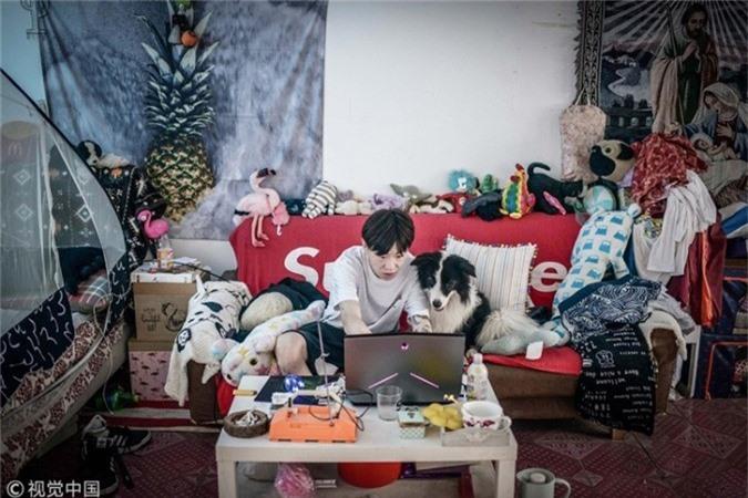 Zhou cảm thấy mình như được yêu thương, điều mà anh đánh mất trong những năm tháng tuổi thơ khi nuôi Sylar. Anh coi chú chó là một thành viên trong gia đình chứ không đơn thuần chỉ là một con vật cưng.