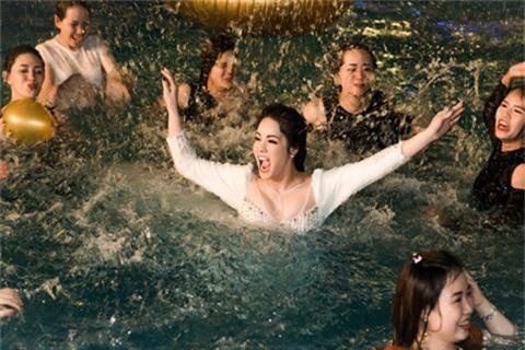 Nhật Kim Anh phấn khích nhảy xuống hồ bơi khi đang biểu diễn - ảnh 1
