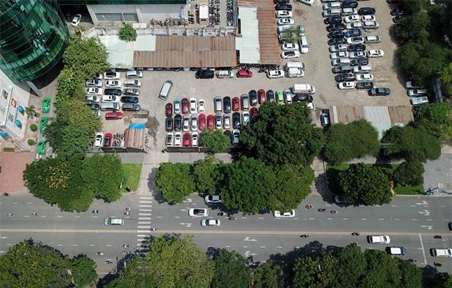 """Kiểm tra hiện trạng khu """"đất vàng"""" 8-12 Lê Duẩn (Q.1, TP.HCM) hiện đang được tận dụng làm bãi giữ xe ôtô (Ảnh: NN)."""