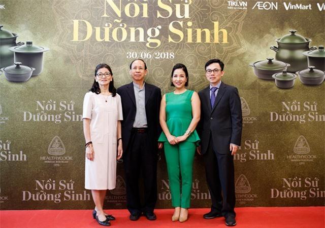 Nữ ca sĩ Mỹ Linh chụp hình cùng ban lãnh đạo Gốm sứ Minh Long.