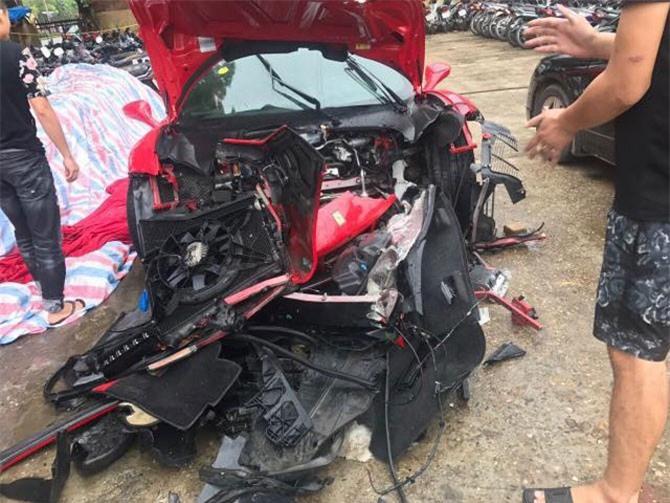 Hình ảnh siêu xe nát bét phần đầu sau vụ tai nạn. Ảnh: Giang Nguyen Tung