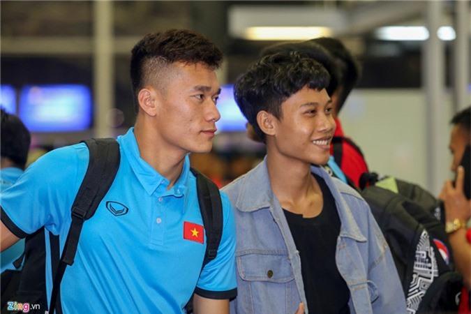 Cong Phuong met moi, Duc Chinh tro tai chup anh o san bay hinh anh 7