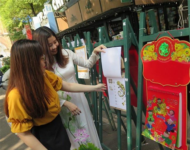 Người dân xem các bộ lịch xuân Kỷ Hợi 2019 của Lịch Xuân Phương Nam tại Đường sách TP.HCM trong ngày 17/10 (Ảnh: HL)