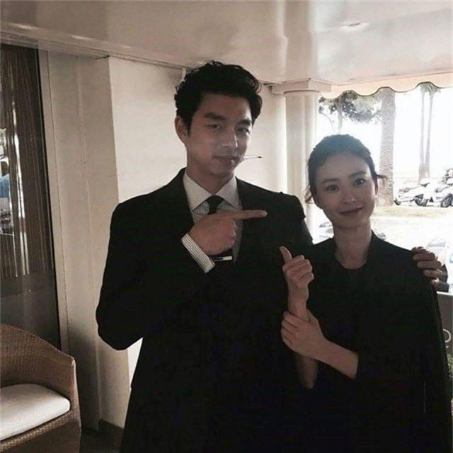 Từng bị đồn làm đám cưới, Gong Yoo - Jung Yoo Mi lại nắm tay nhau đóng vai vợ chồng - Ảnh 2.
