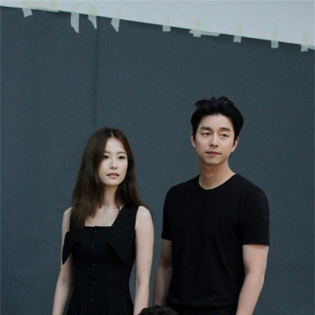 Từng bị đồn làm đám cưới, Gong Yoo - Jung Yoo Mi lại nắm tay nhau đóng vai vợ chồng - Ảnh 3.