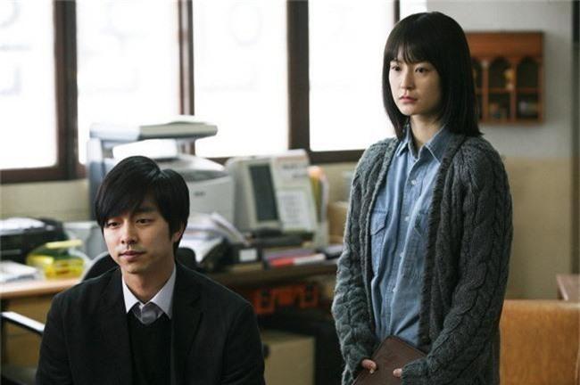Từng bị đồn làm đám cưới, Gong Yoo - Jung Yoo Mi lại nắm tay nhau đóng vai vợ chồng - Ảnh 4.