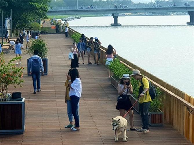 Giới trẻ Huế hào hứng với con đường đi bộ bằng gỗ lim dọc sông Hương