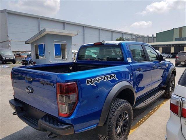 Cận cảnh Ford Ranger Raptor vừa 'đổ bộ' về Việt Nam. Sau khi ra mắt tại triển lãm ô tô VMS 2018, bán tải hiệu suất cao Ford Ranger Raptor sẽ bắt đầu được giao tới khách hàng ngay trong tháng 11/2018. (CHI TIẾT)
