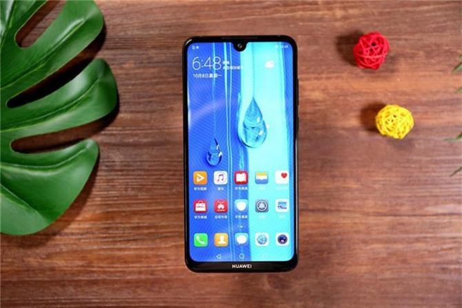 Huawei Enjoy Max sử dụng tấm nền màn hình IPS kích thước 7,12 inch, độ phân giải Full HD Plus (2.244x1.080 pixel). Màn hình này được chia theo tỷ lệ 18,7:9, bảo vệ bởi kính cường lực vát cong 2,5D.