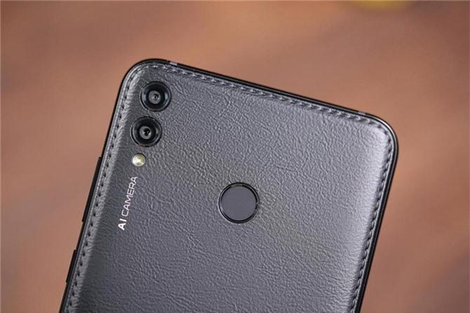 Bộ đôi camera sau của Huawei Enjoy Max có độ phân giải 16 MP, khẩu độ f/2.0 cho khả năng lấy nét theo pha và 2 MP giúp chụp ảnh xóa phông. Hai máy ảnh này được trang bị đèn flash LED, quay video 4K.