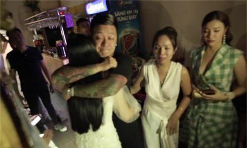 Tuấn Hưng bật khóc khi được vợ và bạn bè mừng sinh nhật tuổi 40
