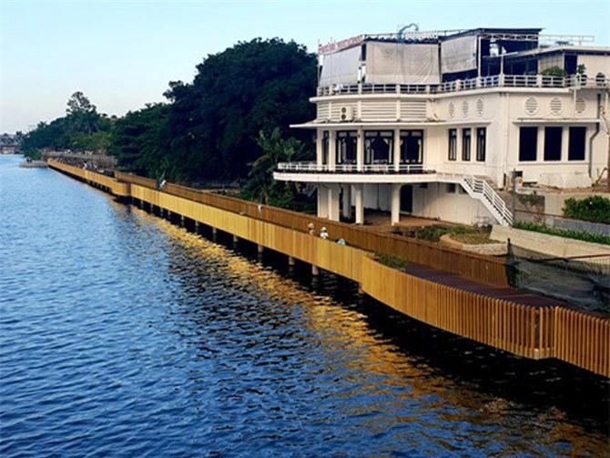 Đường đi bộ bằng gỗ lim nhìn từ cầu Phú Xuân