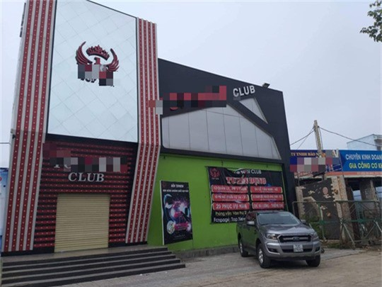 Nhân viên quán bar bị sát hại ở Bà Rịa - Vũng Tàu. Vừa bước ra khỏi quán bar T.N.Club (TP Bà Rịa), anh Võ Thanh Tú bị 2 thanh niên đâm chết. (CHI TIẾT)