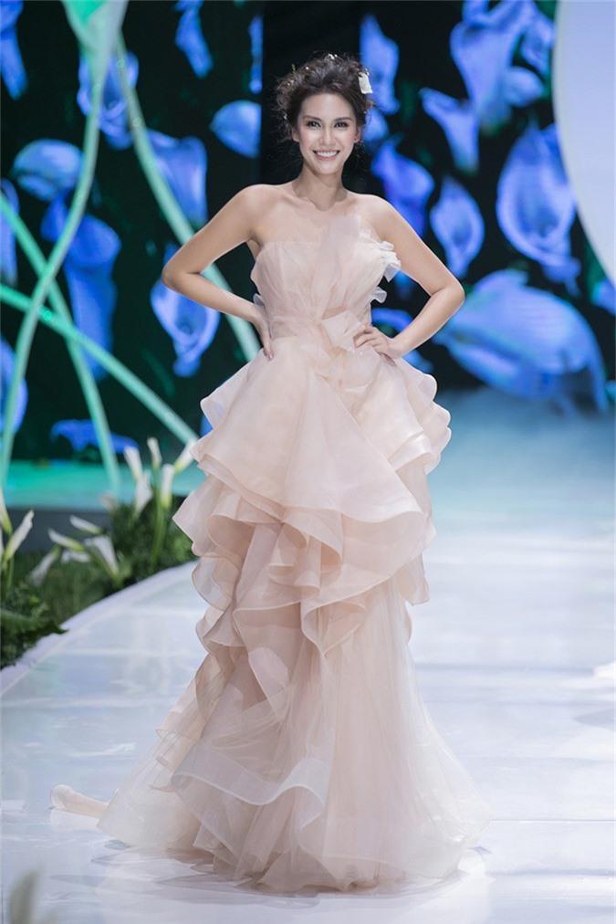 Hoa hậu Đỗ Mỹ Linh đọ sắc cùng Hoa hậu Trái đất khi diện váy cưới