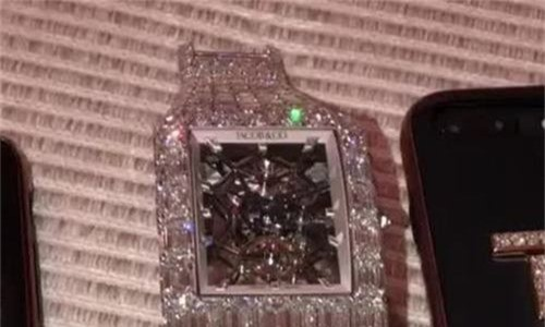 Mayweather đeo đồng hồ 18 triệu USD đi xem bóng rổ