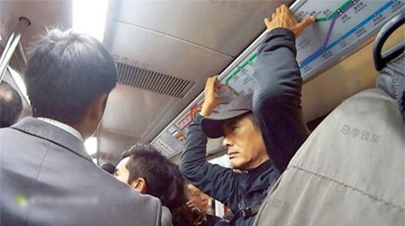 Châu Nhuận Phát trên xe buýt.