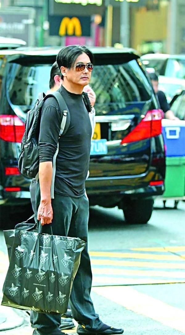 Châu Nhuận Phát giản dị đi trên phố.