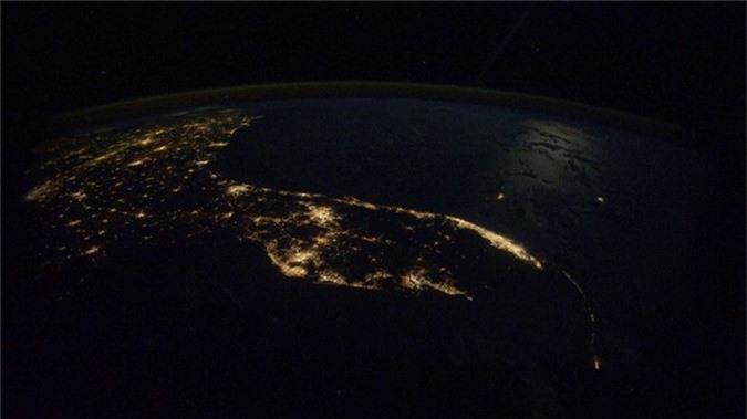 Kelly không chỉ chụp quang cảnh tự nhiên từ ISS. Hình ảnh này cho thấy Florida vào đêm.