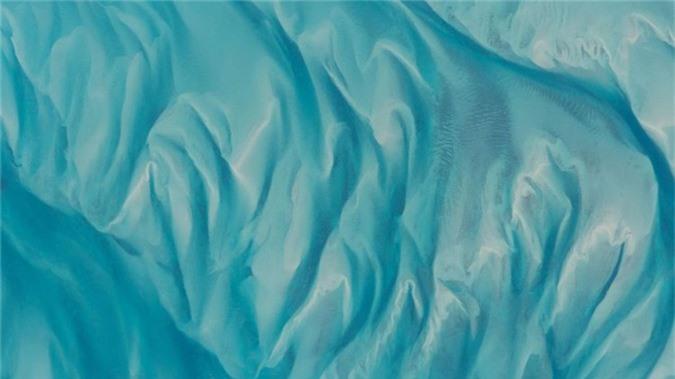 Những hình ảnh này được anh chụp lại bằng một chiếc Nikon D4 trước khi chuyển chúng vào máy tính để gửi về trái đất.