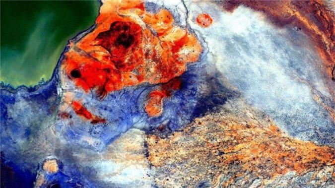 """Kelly từng đăng hình ảnh này từ ISS và cho thằng Trung Đông như được trải một tấm thảm. """"Tôi là một nhiếp ảnh gia tạm ổn,"""" Kelly nói với CNET. """"Tôi nghĩ khả năng độc đáo của mình là có một con mắt nghệ thuật khi chụp hình trái đất từ trên xuống mà tôi gọi là """"Nghệ thuật Trái đất""""."""""""