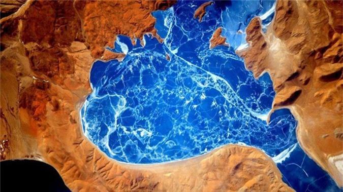 Một khu hồ đóng băng tại Himalaya đẹp không thể tin nổi.
