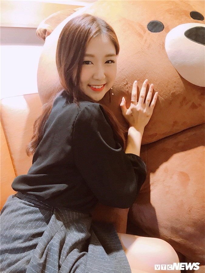 Hot girl Han Quoc xinh dep biet 4 ngon ngu, duoc vi la 'ban sao' Hari Won hinh anh 4
