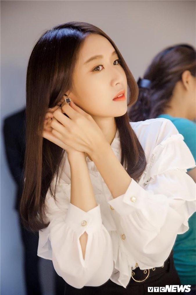 Hot girl Han Quoc xinh dep biet 4 ngon ngu, duoc vi la 'ban sao' Hari Won hinh anh 6