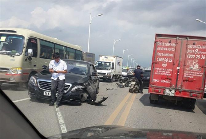 Trục bánh chiếc Mercedes-Benz đã gãy. Đầu xe cũng vỡ nát phía lái.