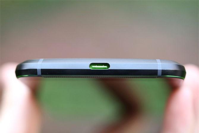 Cổng USB Type-C dưới cạnh đáy.