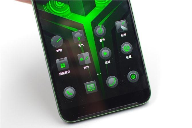 Viên pin của Xiaomi Black Shark Helo sở hữu dung lượng 4.000 mAh, tích hợp sạc nhanh Quick Charge 3.0.