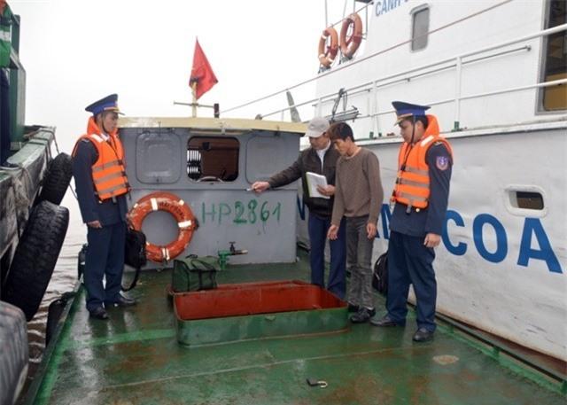 Siết chặt các hành vi vận chuyển, buôn lậu xăng dầu trên biển.