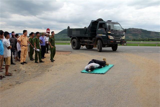Công an huyện Kỳ Anh thực nghiệm lại hiện trường vụ tai nạn để điều tra.