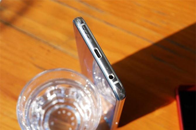 Jack tai nghe, micro, cổng USB Type-C và loa ngoài dưới cạnh đáy.