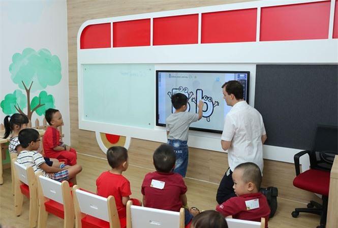 Theo các chuyên gia, để trẻ học tiếng Anh như ngôn ngữ thứ hai cần có giáo viên, giáo trình và môi trường tốt.