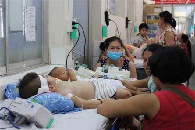 Số bệnh nhi mắc bệnh chân tay miệng tăng chóng mặt - Ảnh: VTV