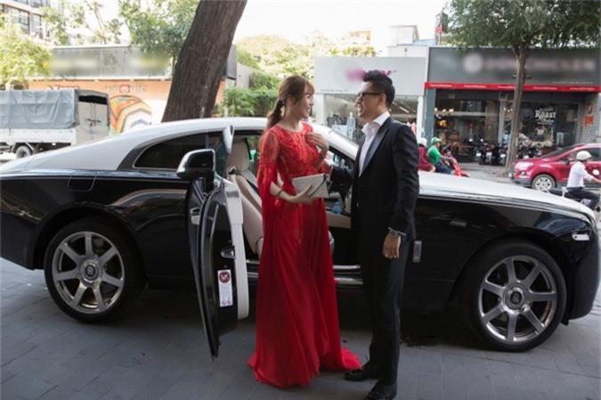 Cả hai thu hút sự chú ý khi xuất hiện với chiếc xe Rolls Royce hai cửa sang trọng có giá khoảng 20 tỷ đồng. Tại Việt Nam, mẫu xe này khá hiếm, chỉ có khoảng 3 chiếc.