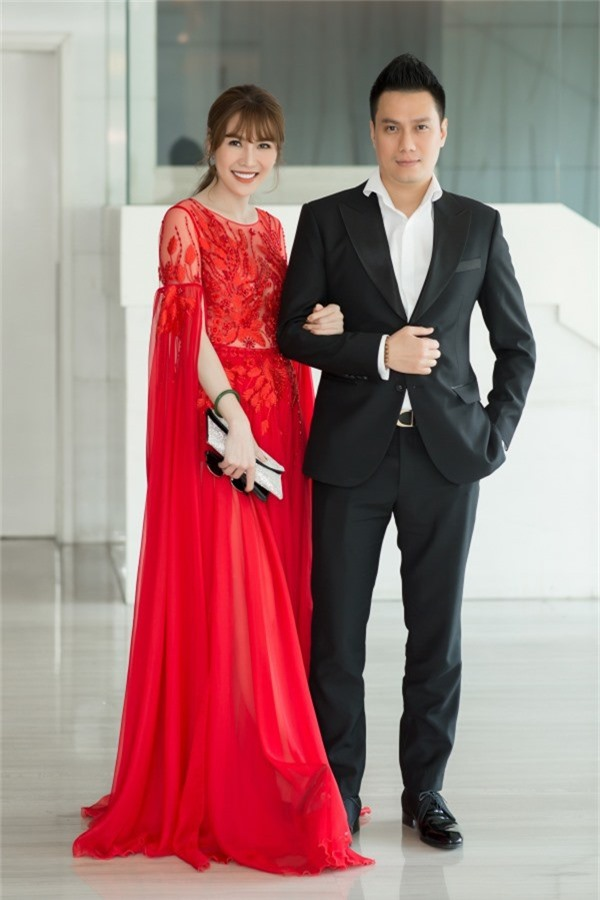 Quế Vân lộng lẫy trong chiếc váy của nhà thiết kế Hà Duy, thoải mái khoác tay Việt Anh tại sự kiện. Hiện họ là những người bạn thân thiết và cùng hợp tác trong kinh doanh.