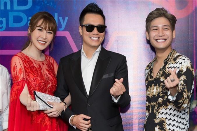 Quế Vân, Việt Anh vui vẻ chụp ảnh kỷ niệm bên chủ nhân sự kiện - ca sĩ trẻ SunD.