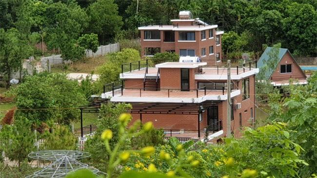 Nhiều biệt thự được xây dựng ngay trên đất rừng phòng hộ tại xã Minh Phú, huyện Sóc Sơn. (Ảnh: Báo Giao thông)