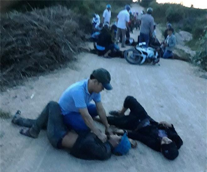 Trai làng hỗn chiến sau lễ ăn hỏi, một người tử vong. Nhóm thanh niên làng Đrơn và làng Ksom bị nhóm thanh niên làng Klá ở huyện Ia Pa (Gia Lai) mai phục hai bên đường khiến một người tử vong. (CHI TIẾT)