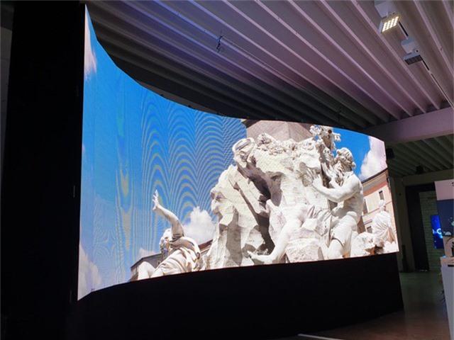 Màn hình cong uống lượn được Samsung trưng bày tại phòng trưng bày lớn nhất thế giới của hãng tại thành phố Franfurt, Đức.