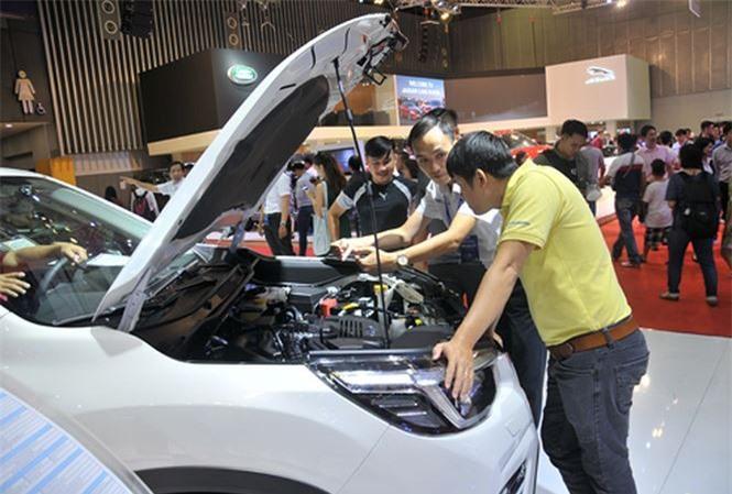 Khách tìm hiểu mua xe tại Triển lãm Ô tô Việt Nam 2018. Ảnh: Tuấn Nguyễn