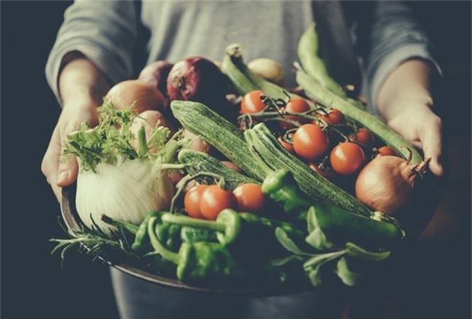 Người ăn nhiều thực phẩm hữu cơ thường là người có mức thu nhập và giáo dục cao hơn, tiêu thụ ít thịt đỏ, thực phẩm chế biến sẵn,uống ít rượu hơn.