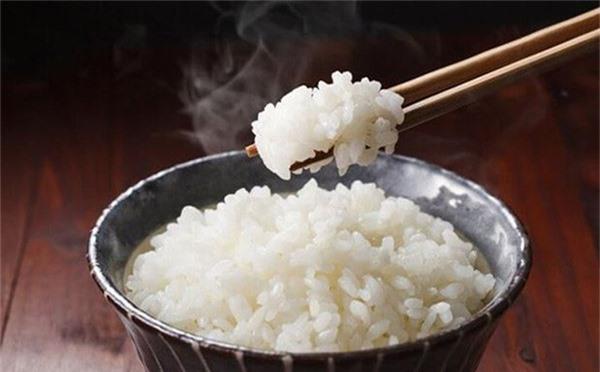 Tinh bột có trong cơm trắng chính là tác nhân chính gây ra mỡ thừa ở bụng, mông, đùi.