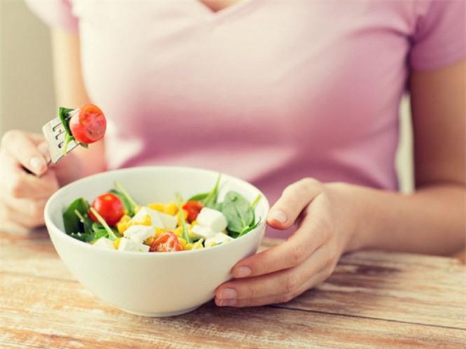 Nhai kỹ thức ăn từ 20 đến 30 lần trước khi nuốt sẽ giúp dạ dày dễ hấp thụ dinh dưỡng hơn SHUTTERSTOCK