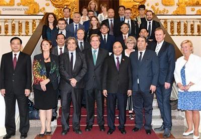 Thủ tướng Nguyễn Xuân Phúc, Bộ trưởng Nông nghiệp Nguyễn Xuân Cường tiếp đoàn Ủy ban Nghề cá Nghị viện châu Âu. (Ảnh: VGP)