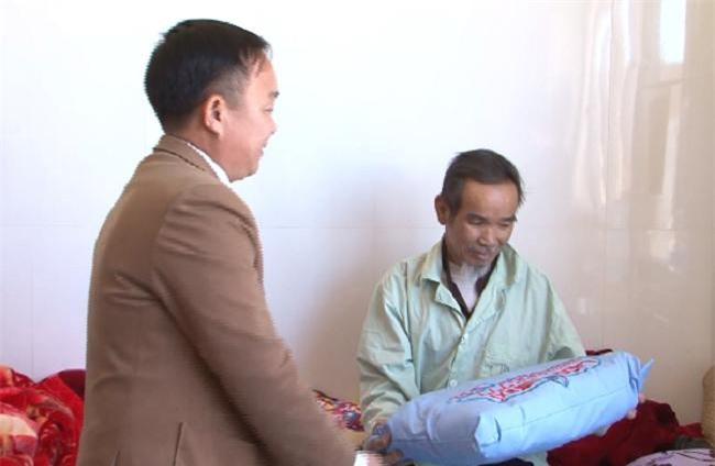 -Lãnh đạo LADO taxi cùng cán bộ, nhân viên và tài xế tặng 800 chiếc gối cho bệnh nhân đang điều trị tại Bệnh viện đa khoa Lâm Đồng (Ảnh: VH)