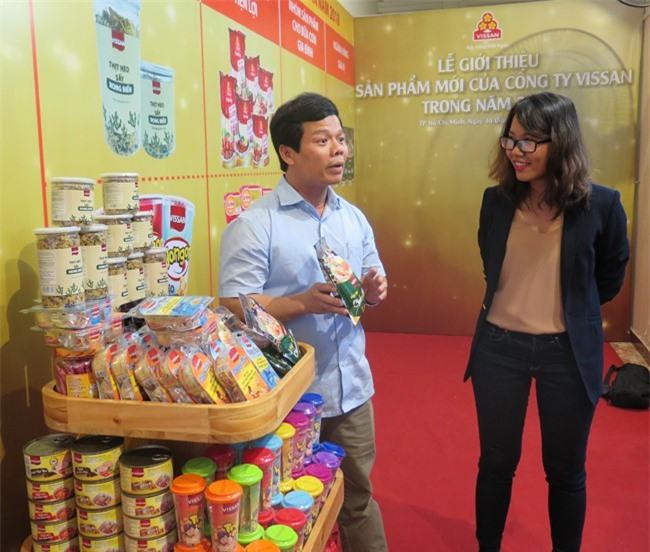 Phó Tổng Giám đốc VISSAN Phan Văn Dũng (áo trắng) giới thiệu một số sản phẩm mới (ảnh HL).
