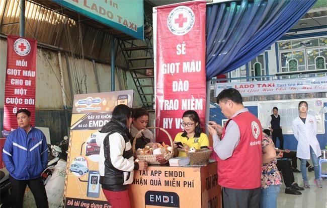 -Từ 7h sáng đã có nhiều tình nguyện viên, tài xế LADO taxi tập trung về đại bản doanh của công ty để tham gia hiến máu cứu người (Ảnh: VH)